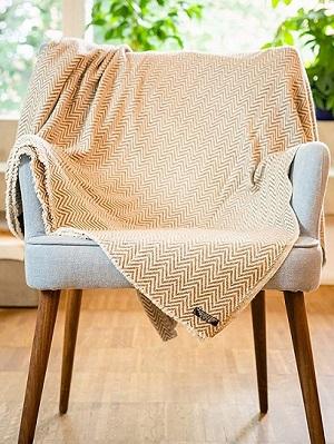 manta de lana de cachemira sobre una silla